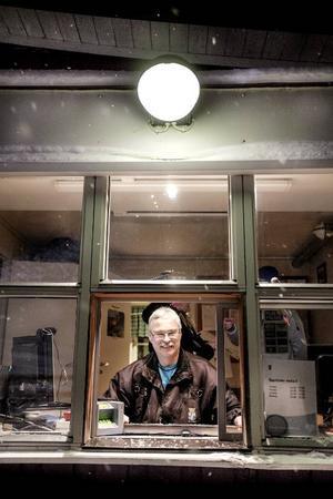 Stefan Jönsson är vaktmästare och vintertid pistvakt i Gustavsbergsbacken.– Jag har inte varit med om sådan här sen öppning under mina tolv år här i backen, säger han.
