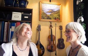 Karin Berg Klaving och Annika Edin har delat mycket, och förenades tillslut i kärleken. Målningen på väggen gjorde Karin till Annika efter ett löfte.