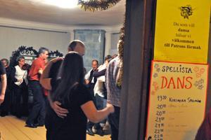 I ett av rummen på nedervåningen spelades det upp till dans för de dansanta besökarna.