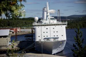 Nu lämnar asylfartyget Ocean Gala hamnen i Utansjö.