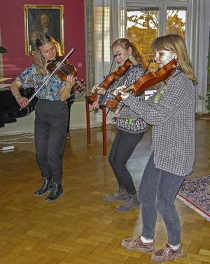 Eleverna Levina, Elinor och Nora från Musikkonservatoriet i Falun framförde uppskattad och medryckande folkmusik.