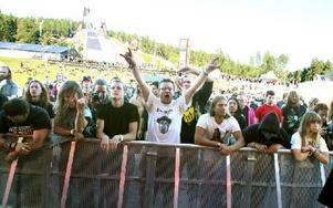 Publiken började komma i gång trots eftermiddagssolen. Foto: Jennie-Lie Kjörnsberg