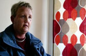 —Mitt liv är som ett stort svart hål. Jag sitter här, men det fyller ingen funktion, säger Ann-Louise Alfredsson som vill ha psykologisk hjälp för att få fatt i sitt känsloliv igen.