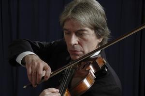 Hyllar Schumann. Serbiske violinisten Jovan Kolundzija spelar ihop med Västeråspianisten Patrik Jablonski.