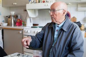 Trots sin höga ålder bor Olle Östlund i en egen lägenhet. Han har hemtjänst, men det är bara för att sonen övertalade honom.