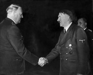 Adolf Hitler hade efter ockupationen av Norge i april 1940 tillgång till det tunga vattnet som framställdes i Rjukan. Han ses här hälsa på sin handgångne man i Norge, Vidkun Quisling.
