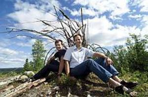 Foto: © Leif Henningsson Blomsterdekoratörer. Segrare i Sveriges första Land Art Festival-tävling som hölls i Åmliden, blev bröderna Johannes och Andreas Erlandsson, Hedesunda.