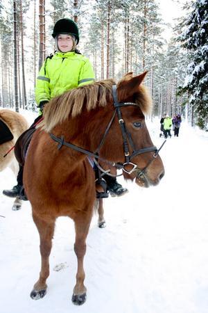 Nyfiken. Staffansritten är även öppen för den som vill göra sällskap med en promenad. Karin Johanssons ponny Delia spetsar direkt öronen då hon hör att fler närmar sig grillplatsen.