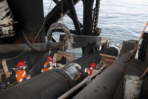 Bygget av NordStreams två första ledningar i Östersjön.  De 12 meter långa rören fraktades ut från uppsamlingsplatsen i Slite för att sammanfogas. Rören passerade åtta olika stationer innan de slutligen lades ner på Östersjöns botten.