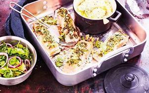 Ljuvlig ugnsbakad laxfilé som täcks med varsamt mortlad, hemmagjord pesto.