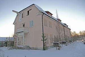 Solgården, som en gång innehöll affärer och bostäder, står väl synlig vid södra infarten till Långshyttan.