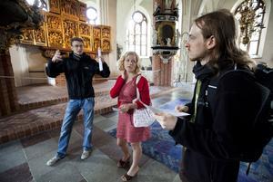På visit. Felix Müller och Boris Pawlokowski från Karlsruhe i Tyskland besöker Domkyrkan i Västerås. Med sig har de kompisguiden Natalia Muller.Foto: Tony Persson¿