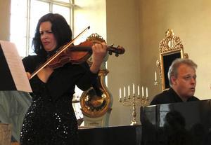 Pryia Mitchell och Lars Jönsson är djupt koncentrerade i Wilhelm Peterson-Bergers violinsonat.