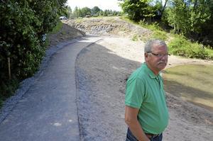 Ny väg. En nyasfalterad gångväg leder ner till badplatsen i badgruvan. Nu kommer den att spärras för fordon enligt Tomas Andersson Lekebergs kommun.Foto: Peter Eriksson