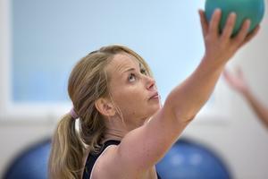 Träning för kropp och själ. Här kör Angelica Schäfer, personlig tränare, ett chiballpass med onsdagsgruppen.