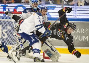 Leksands Nichlas Torp och Luleås Anton Hedman i närkamp framför Atte Engren i Leksandsmålet under lördagens ishockeymatch i SHL mellan Leksand IF och Luleå Hockey i Tegera Arena.
