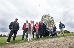 Några av de som bor på Uggelbo och vänder sig mot äldreboendeplanerna. De har installerat en ballong som enligt dem visar hur högt äldreboendet blir.