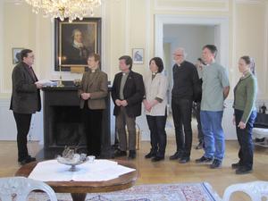 Protestlistor. Biskop Thomas Söderberg fick igår ta emot protestlistor av diakonen Rosita Borum från Rättvik.Foto: Liza Pergeman