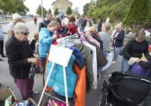 Många var intresserade av kläder på marknaden Kolifej i Kolbäck.