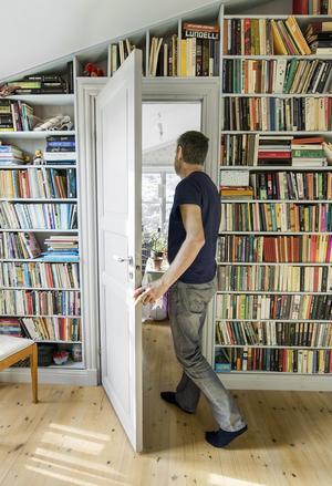 Tar böckerna mycket plats? Använd döda ytor - som en hall - för förvaring.