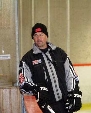 Stefan Nabbs tränarkollega Olle Djoos fanns också på plats under det första ispasset.
