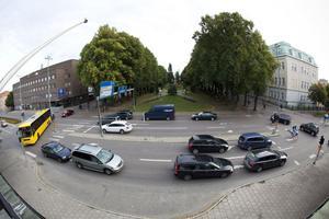 Vid månadsskiftet kommer man programmera om de problemfyllda trafiksignalerna vid Vasaskolan. Men redan i dag plockar man bort bussarnas förtur på N. Kungsgatan och N. Rådmansgatan. Förhoppningen är att köerna på Staketgatan ska minska.