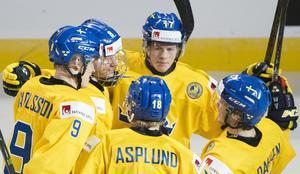Rasmus Dahlin och hans juniorkamrater skapar hockey-hysteri här hemma i Sverige under jul- och nyårshelgerna.