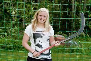 Arkivbild: Sofie Josefsson fyller 18. Hon firar sin myndighetsdag med heldagsträning på bandygymnasiet där hon går.