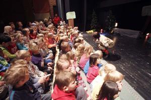 Omkring 100 barn trängde ihop sig samtidigt på scenen i Slottegymnasiets aula.