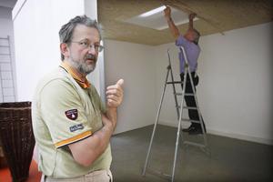 Museets lokaler har fått nya, provisoriska, väggar för att dela upp utställningens olika teman. Owe Norberg berättar om rummet medan Åke Palm gör klart det sista innan rummet är klart för utställningen.