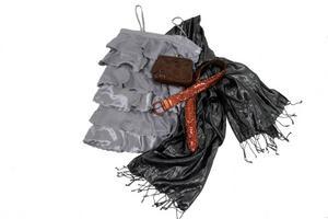 Metallic och reptil. Silverklänning 299,95 från Vila. Mörkt glänsande sjal 129,95 från Vila. Från Cubus ett metallicglänsande bronsskärp, 199 kr, och en reptilmönstrad liten väska, 149 kr.