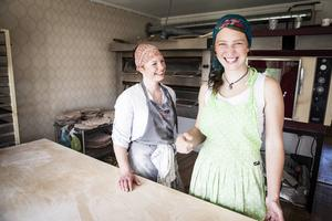 Lina och Evalenas bageri håller till i en lägenhet i Laxsjö. Bakbordet är helt nytt och gjort enkom för Bageri Lyckan.    – Vi har fått otroligt mycket hjälp av byn, berättar dem.