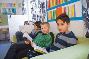 Alex Shabo, Lukas Wikström och Mamoud Aydi sitter i klassrummets soffa när läsning står på schemat.