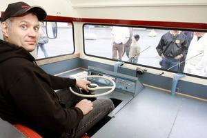 """Lars """"Julle"""" Olofsson har husbilen hemma på gården i Ås och körde den till och från besiktningen i den allt annat än ergonomiska körställningen."""