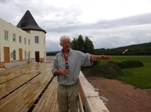 Biggles Café. Flygplatschefen Ingmar Lind visar runt i Biggles Café. Ut mot flygfältet finns en stor balkong. Foto:Göran Persson