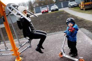 Maria Gabrielsson Sellman passade på att prova redskapet för axelpress. Sonen Gabriel Sellman nöjde sig med att åka sparkcykel.