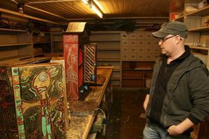 Jesper Eriksson sätter sin egen prägel på bland annat skåp och andra vardagliga träföremål.