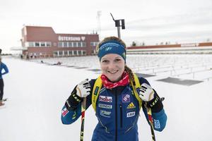 Mona Brorsson har fått klartecken att åka alla världscuptävlingar före jul. Att tävla på hemmaplan älskar hon och att hon då ser fram emot torsdagens individuella premiär är det inte så högt odds på.   – Jag kan inte sluta le, säger Mona.
