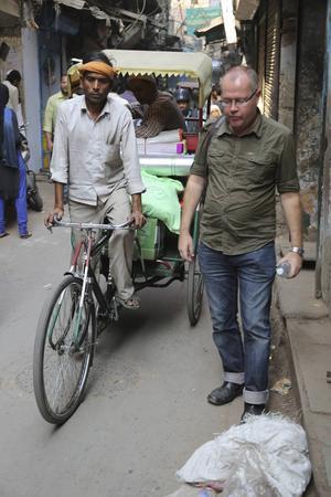Zac O´Yeah kryssar med vana steg mellan skräphögarna i stökiga stadsdelen Old Delhi. Han flyttade till Indien för 15 år sedan.