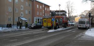 Volvon fick sladd och kom över på fel sida vägen. På trottoaren träffade den kvinnan som kom gående.