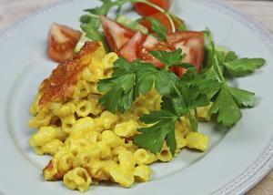 Macaroni and cheese, makaroner och ost, är en laktovegetarisk rätt som gärna bjuds med tomatbaserad sallad.