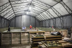 Inne i tälthallen står en liten ishockeyrink uppmonterad. Det finns rekvisita så det räcker och blir över med hockeyklubbor, mål och plastmålvakter, plastskivor för sommarträning och även redskap för att öva på att dribbla och finta.