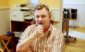 Kent Wassdahl på bykontoret Bygdens framtid i Hoting har tagit emot många samtal från uppretade bybor. Neddragningarna vid hälsocentralen har fått många att ilskna till.