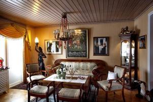 Soffan i Karl Johansstil är en av få möbler hon skaffat på senare år.