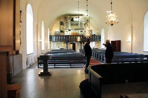 Ljust och fräscht är det samlade intrycket, när man ser sig om i Ovanåkers kyrka. Läktarbarriären är helt blå och med nya förgyllningar, som lyfter fram dekorationerna på ett nytt sätt.