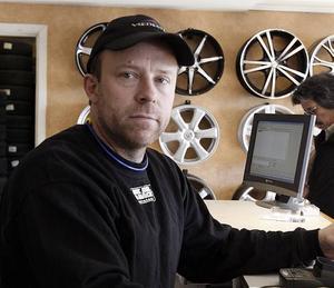 """STRESSIGA DAGAR. Kunder strömmar till och telefonen ringer i ett. Veckan efter påsk är det högtryck på däckbyten. """"När det är som värst har vi 100 bilar om dagen"""", säger Thomas Tellbro på NK Bil & Däck i Gävle."""