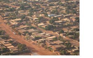 Ett genomsnittligt bostadsområde i Burkina Faso i Västafrika.  Torka är ett stort problem i detta fattiga land. En hel del energi går åt till att kyla inomhustemperaturen.