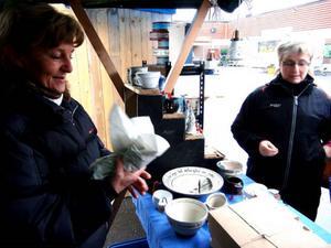 Agneta Andersson har just fyndat en jultomte av årets modell från en av de 20 försäljarna.