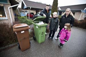 Ingen plats för mer skräp. Fredrik och Maria Jonasson är en av de familjer som nu har så mycket sopor att de snart inte får plats. Foto: Tony Persson