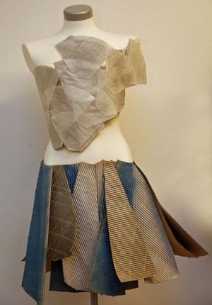Katarina Sundberg gjorde toppen av kaffefilter och Patricia Moberg kjolen av kartong.